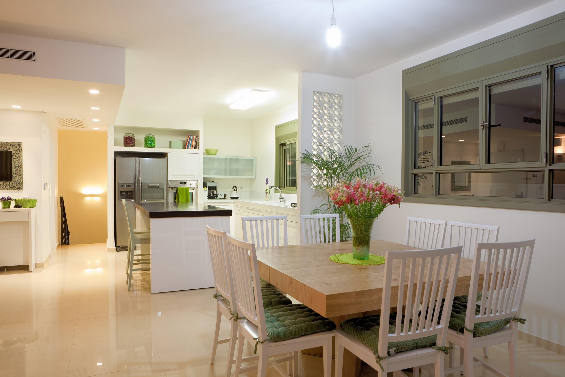mẫu trần thạch cao cho phòng khách liền bếp đẹp 2021